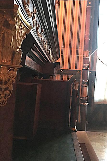 Rueil-Malmaison : Meubles à secrets, secrets de meubles Captu423