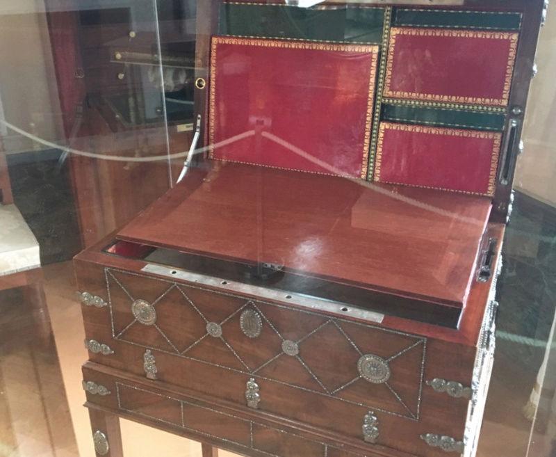 Rueil-Malmaison : Meubles à secrets, secrets de meubles Captu426