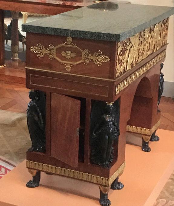 Rueil-Malmaison : Meubles à secrets, secrets de meubles Captu428