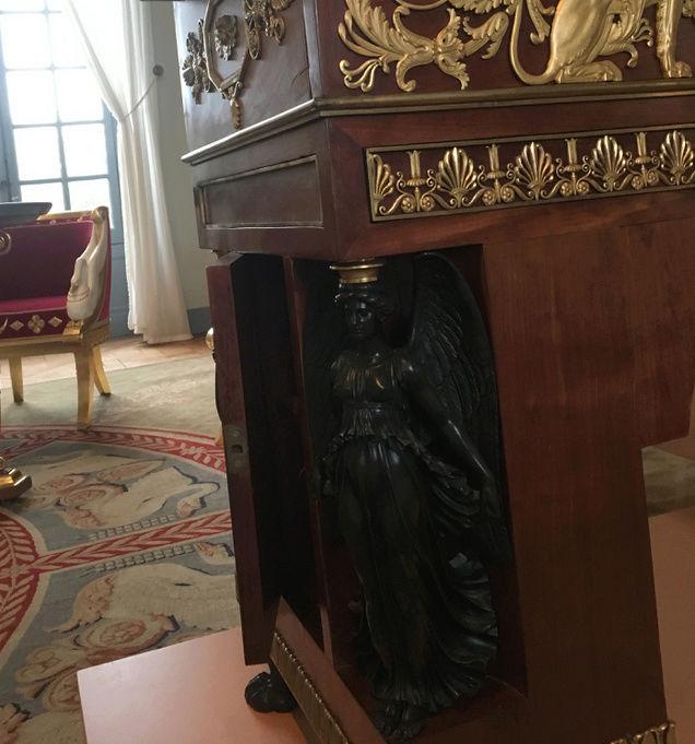 Rueil-Malmaison : Meubles à secrets, secrets de meubles Captu430