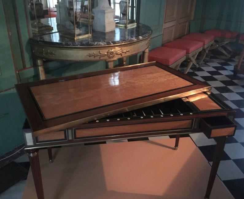Rueil-Malmaison : Meubles à secrets, secrets de meubles Captu432
