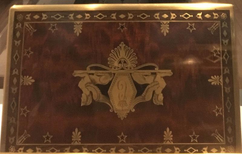 Rueil-Malmaison : Meubles à secrets, secrets de meubles Captu439