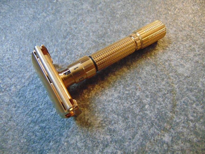 Quels sont les rasoirs vintage ou actuels avec une finition dorée/plaquée or/cuivre/laiton ? Dsc04713