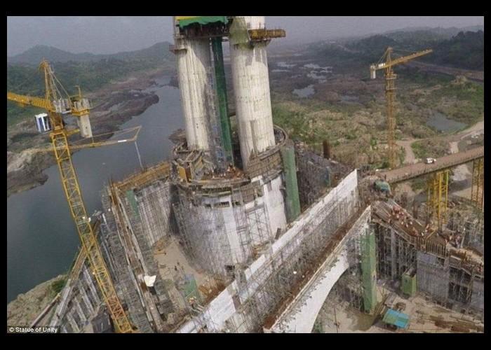 La plus grande statue du monde sort de terre 236