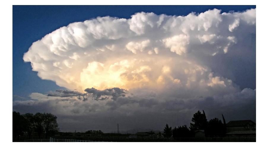 Orages. Cumulonimbus : 15 km de haut et 3 millions de litres d'eau pour le roi des nuages A1011
