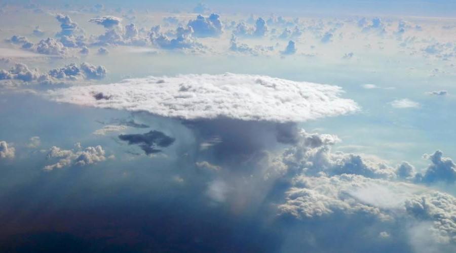 Orages. Cumulonimbus : 15 km de haut et 3 millions de litres d'eau pour le roi des nuages A1012