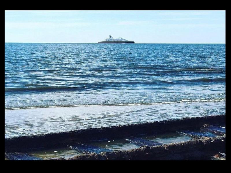 Des voies ferrées fantômes sur une plage américaine Sans1017