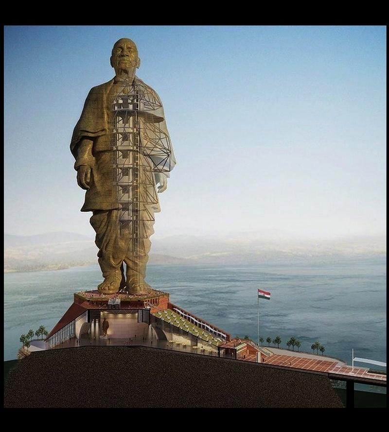 La plus grande statue du monde sort de terre Sans1052