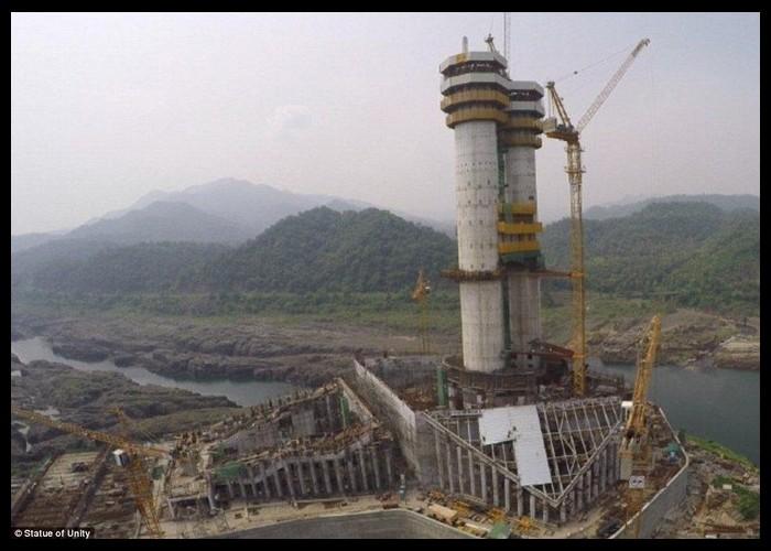 La plus grande statue du monde sort de terre Sans1054
