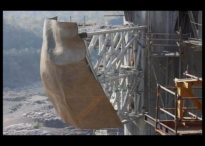 La plus grande statue du monde sort de terre Sans1055