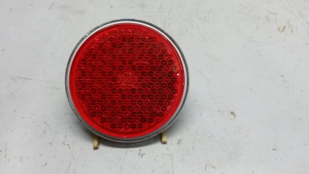 Un catadioptre arrière rouge de bonne facture Cat110