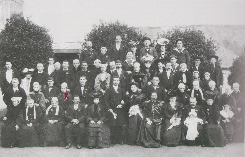 Identification de coiffes et costumes sur photo de mariage  002-0011