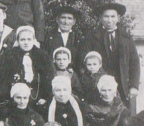 Identification de coiffes et costumes sur photo de mariage  513