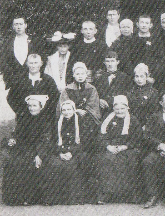 Identification de coiffes et costumes sur photo de mariage  Coiffe12