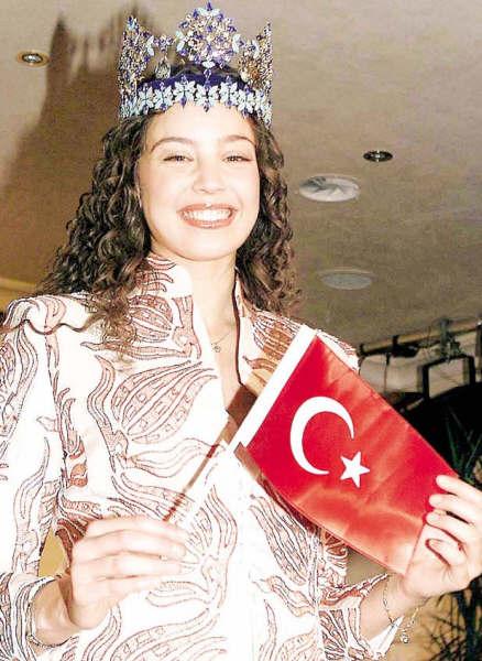 azra akin, miss world 2002. - Página 8 Miss2011