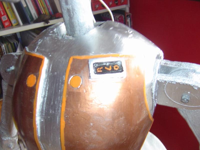 Flo la serveuse droide de star wars tille réelle en bois Dsc01616