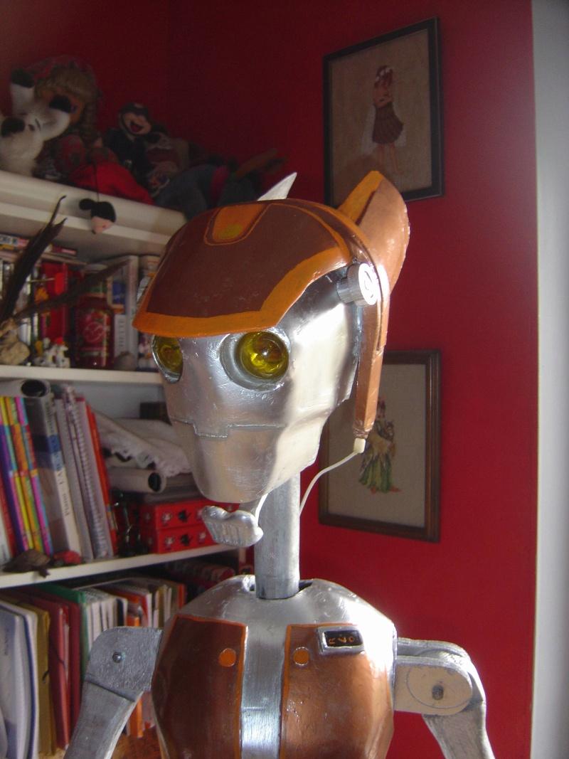 Flo la serveuse droide de star wars tille réelle en bois Dsc01617