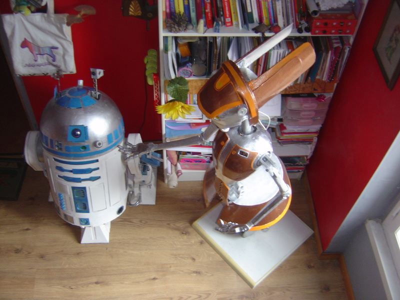 Flo la serveuse droide de star wars tille réelle en bois Dsc01620