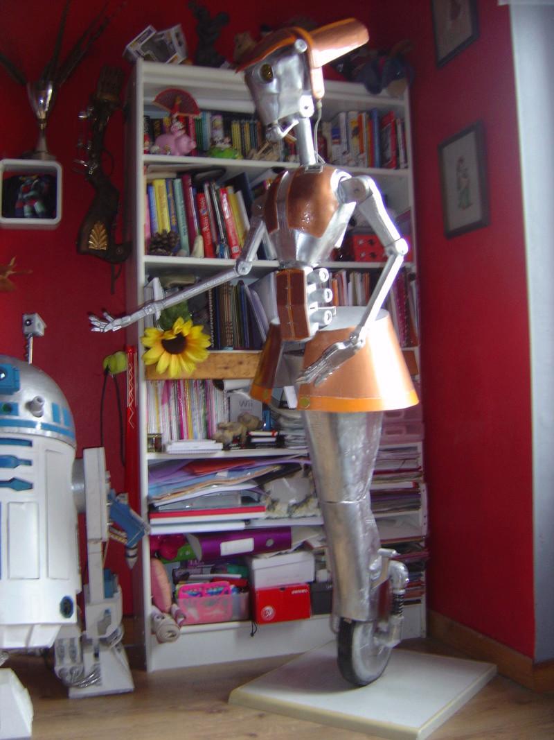 Flo la serveuse droide de star wars tille réelle en bois Dsc01629