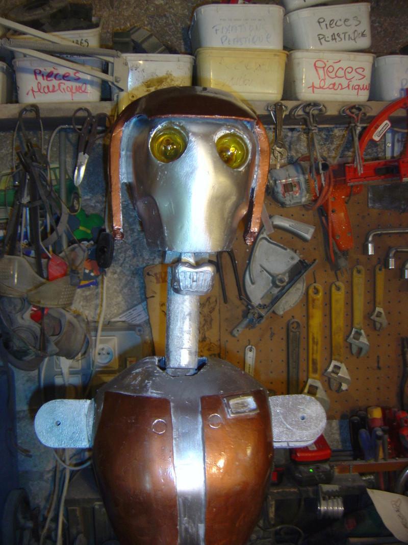 Flo la serveuse droide de star wars tille réelle en bois Dsc01635