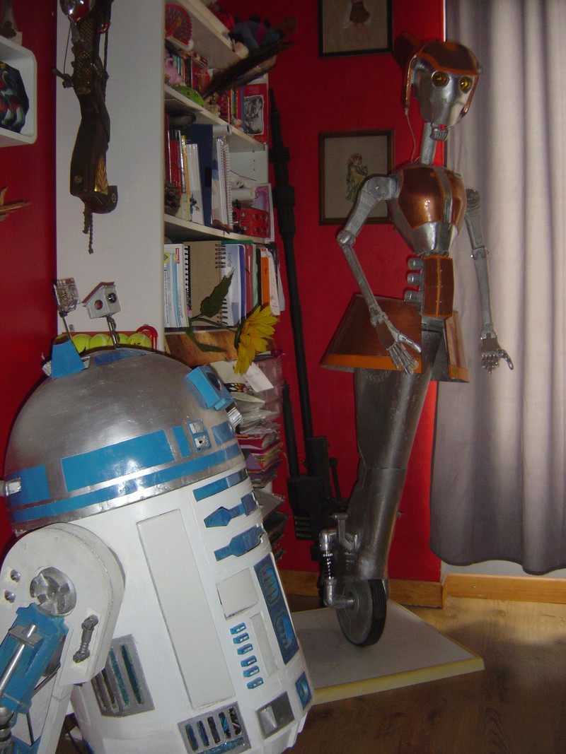 Flo la serveuse droide de star wars tille réelle en bois Dsc01710