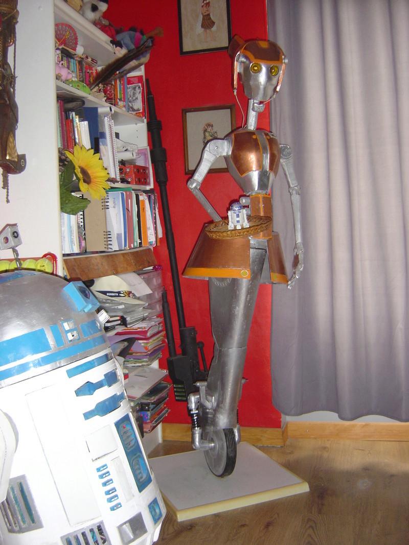 Flo la serveuse droide de star wars tille réelle en bois Dsc01711