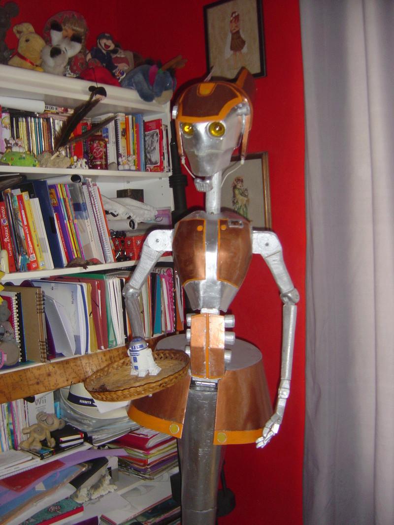 Flo la serveuse droide de star wars tille réelle en bois Dsc01712
