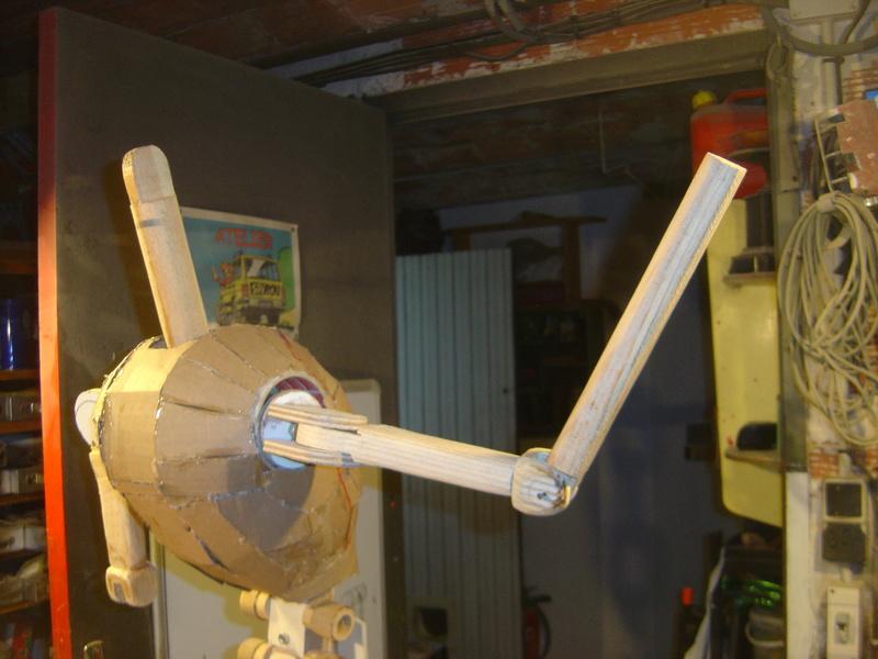 Flo la serveuse droide de star wars tille réelle en bois Wa-7_k13