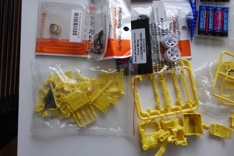 Chassis MR03 jaune 100€  ou avec lot de pièces pour 190€ Dsc01321