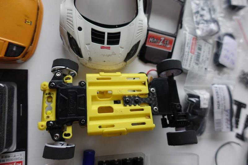 Chassis MR03 jaune 100€  ou avec lot de pièces pour 190€ Dsc01322
