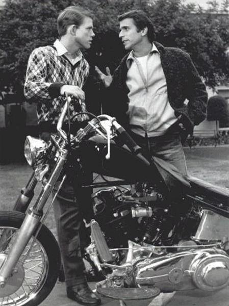 Ils ont posé avec une Harley, uniquement les People - Page 20 Fullsi32