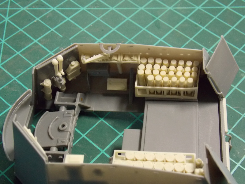 10;5 cmLEFH18(SF) ssur chassis Hotchkiss 1/35 (BRONCO) Dscn6658