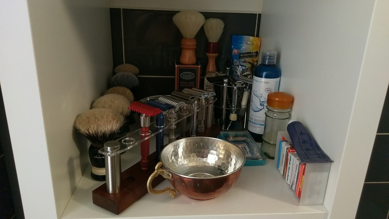 Photos de votre armoire spéciale rasage (ou de la partie réservée au rasage) - Page 27 Imag3712