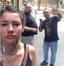Elle fait des selfies avec des gros relous ! Sans_t12