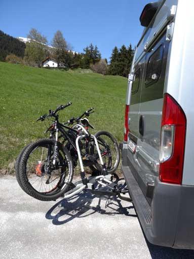 Ouverture portes avec porte-vélo sur attelage Pv031010