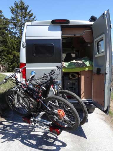 Ouverture portes avec porte-vélo sur attelage Pv041010