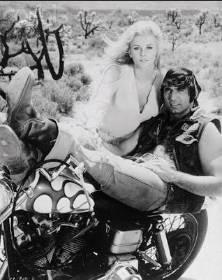 Ils ont posé avec une Harley, uniquement les People - Page 4 Captu135