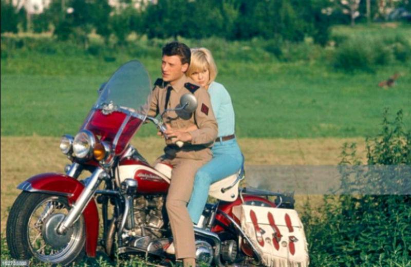 Ils ont posé avec une Harley, principalement les People - Page 20 Captu360
