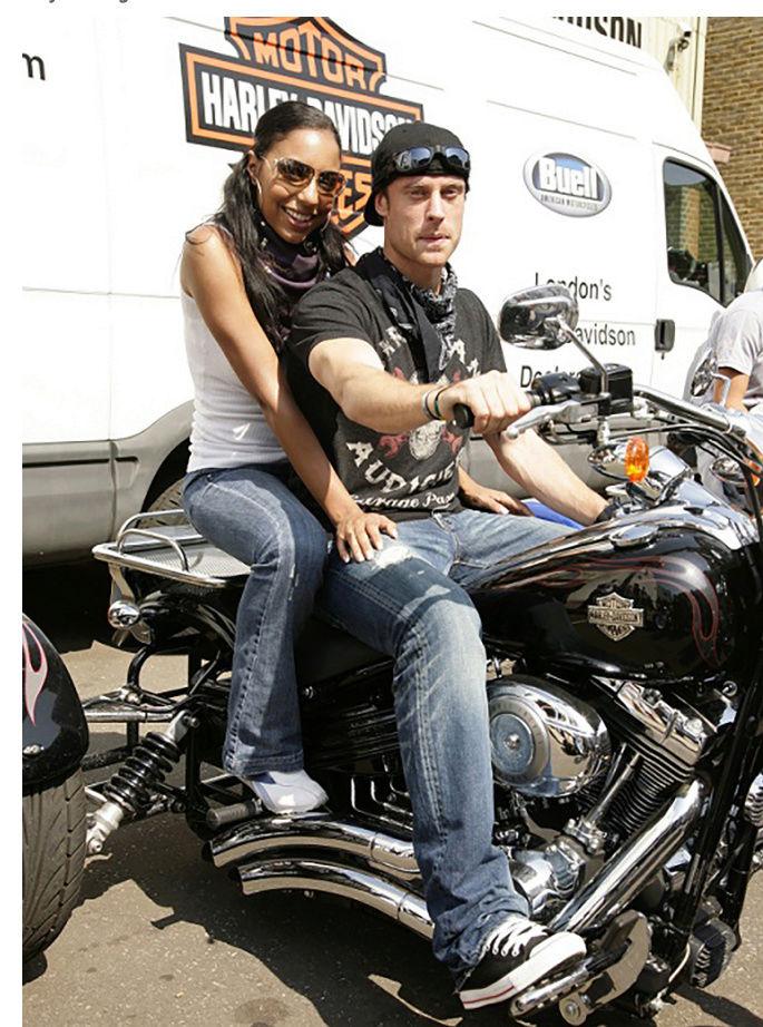 Ils ont posé avec une Harley, principalement les People - Page 37 Captu688