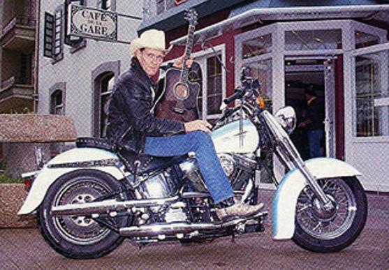 Ils ont posé avec une Harley, principalement les People - Page 38 Captu699