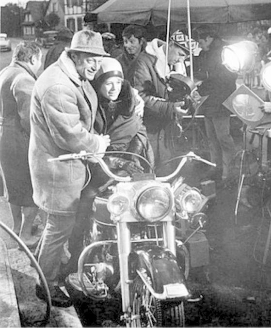 Ils ont posé avec une Harley, principalement les People - Page 38 Captu706