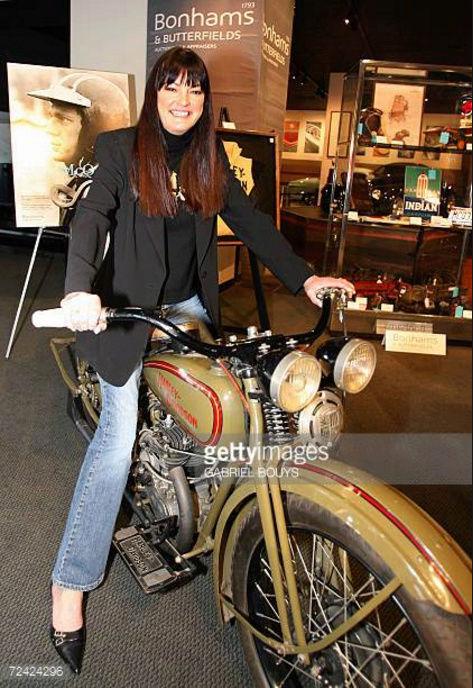 Ils ont posé avec une Harley, uniquement les People - Page 6 Captu960