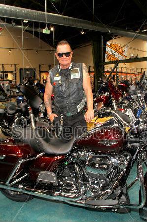 Ils ont posé avec une Harley, uniquement les People - Page 6 Captu964