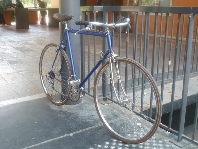Montage pour la ville, on va essayer de faire un beau vélo pour une fois! P1080034