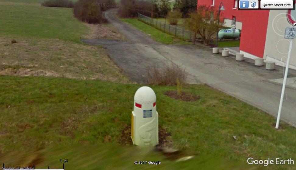 STREET VIEW : borne routière qui marque la frontière entre des départements Borne11