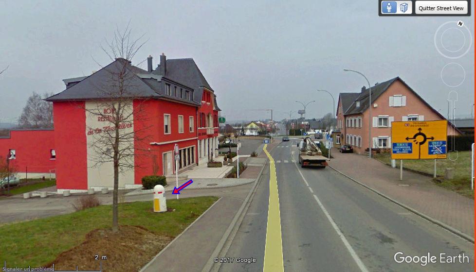 STREET VIEW : borne routière qui marque la frontière entre des départements Borne_10