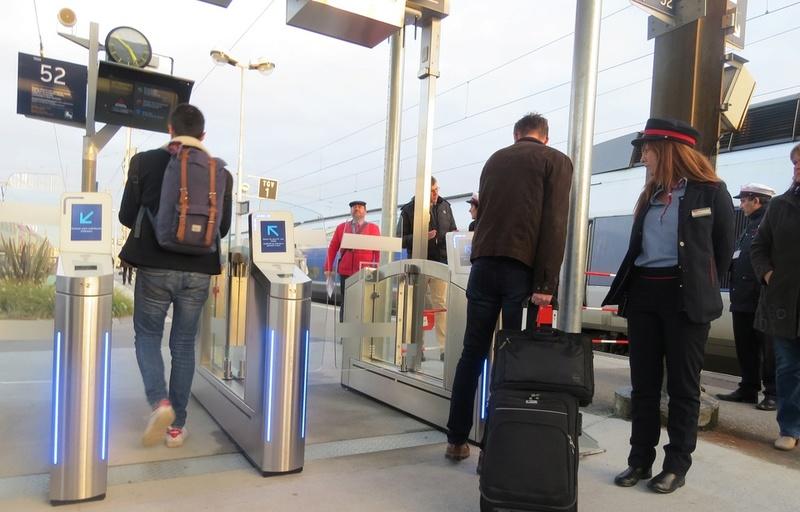 Les portes d'embarquement anti-fraude en gare de NantesTGV 960x6110