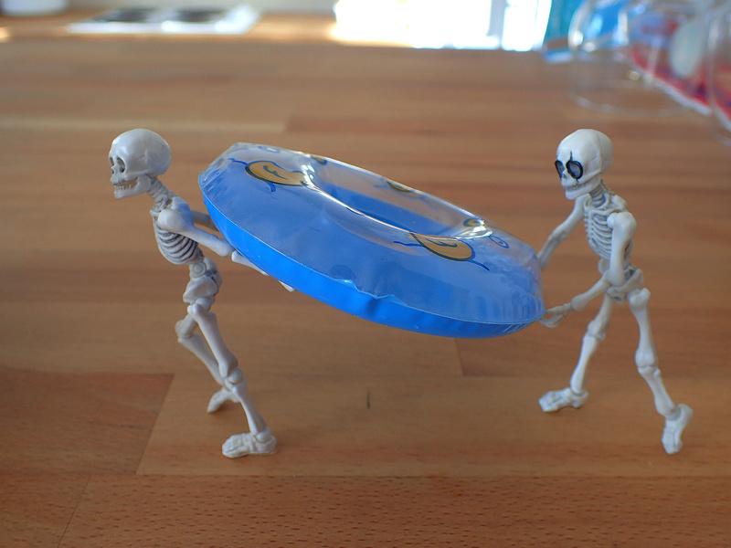 [Toys divers] 2 squelettes à la plage - Page 2 Squele11