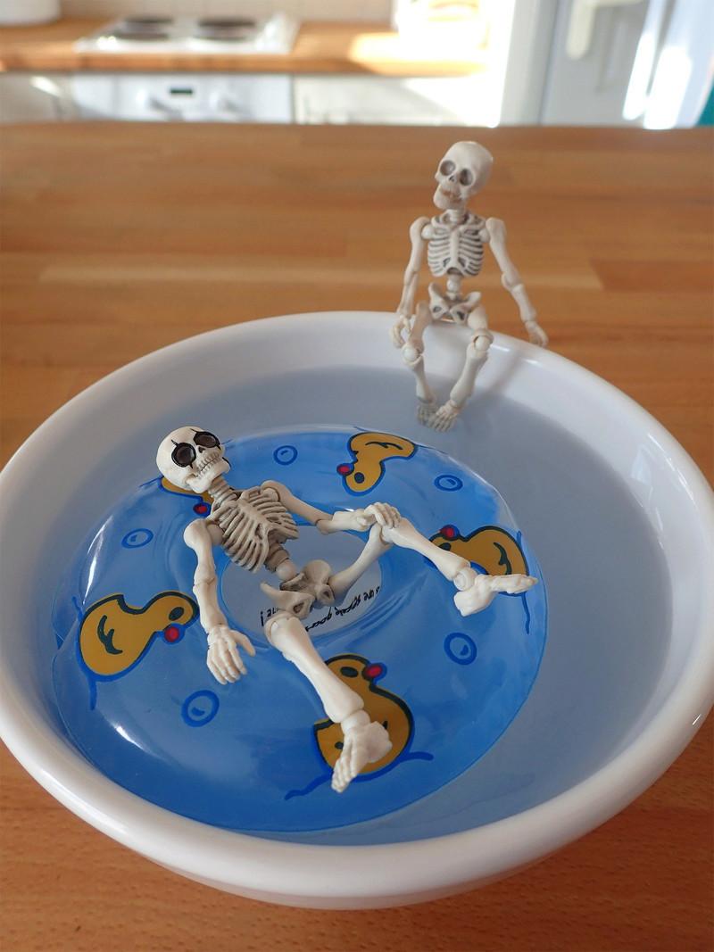 [Toys divers] 2 squelettes à la plage - Page 2 Squele13