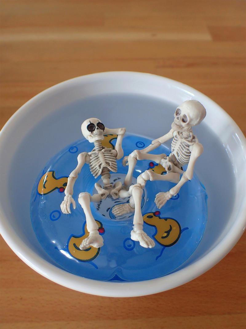 [Toys divers] 2 squelettes à la plage - Page 2 Squele15